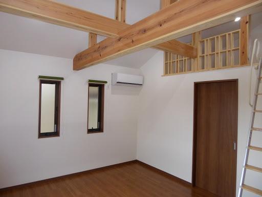 梁とロフトのある部屋
