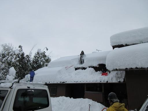 雪下ろしをする様子